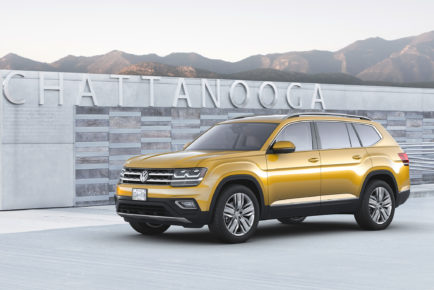 2018-Volkswagen-Atlas-front-three-quarter-01