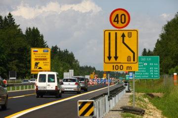 Omejitve hitrosti morajo biti. Povsem drugo vprašanje pa je, ali so v konkretnih primerih te omejitve pravšnje (ne previsoke ali ne prenizke) in ali je pametno izveden njihov nadzor.