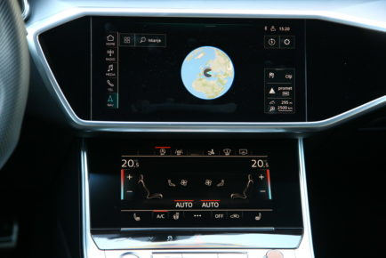 Če malo poenostavimo: tipkanje po avtomobilskih zaslonih proizvajalci vzpodbujajo, tipkanje po telefonu pa policija kaznuje.