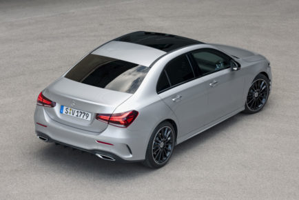 Mercedes-Benz A-Klasse Limousine, Iridiumsilber, Interieur: AMG Line schwarz, Artico Dinamica schwarz // Mercedes-Benz A-Class Sedan, Iridium silver, Interior: AMG Line black, Artico / dinamica microfibre black