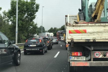 Tudi če vzrok za počasno vožnjo ni poznan: pripravite se na to, da lahko pridejo gasilci ali reševalci in jim dajte prostor!
