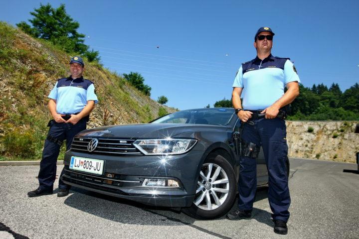 Igor Kralj in Andrej Piškur, vmes Volkswagen Passat TDI DSG z vgrajeno provido.
