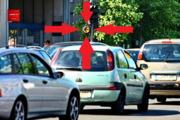 Promet ni le spredaj, pač pa tudi zadaj. Predvsem za počasnimi. Če se ne umaknete, nekateri ne bodo mogli levo, kjer imajo zeleno luč.