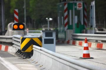 Umirjanje prometa skozi cestninske postaje je seveda smiselno, s stoječimi in mobilnimi radarji pa za voznike tudi travmatično.