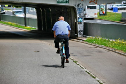 Biciklisti so tudi premeteni: ugotovili so, da plačajo manjšo kazen, če se vozijo po pločniku, kot če se vozijo po kolesarski stezi v napačno smer. Evo!