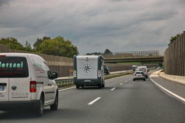 Čisto nobenega spoštovanja do zadaj vozečih: 30 kilometrov daleč s hitrostjo, znatno manjšo od dovoljene.