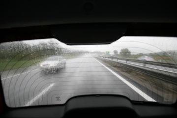 V poslabšanih pogojih sivega avtomobila skorajda ni videti.