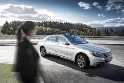 """Mercedes-Benz FutureInsight: """"Human first"""": Empathie als Anker in der digitalen TransformationMercedes-Benz FutureInsight: """"Human first"""": empathy as anchor in the digital transformation"""
