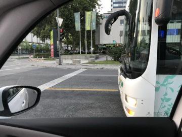 Devetkrat 2 metra je 18 metrov, kar pomeni, da je za tri avtomobile dodatnega prostora v koloni desetih. Voznik avtobusa bi to lahko vedel …
