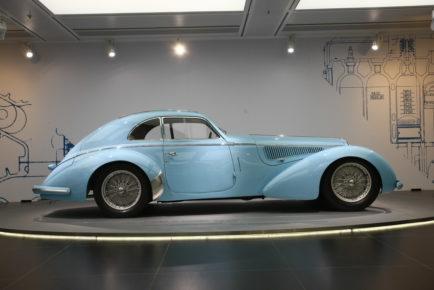 Eleganca in prefinjenost prestižnega avtomobila iz tridesetih let prejšnjega stoletja.