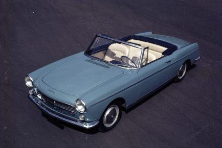 Image Exclusive * Peugeot 404 cabriolet bleue garée sur un parking en 1961. Utilisation éditoriale uniquement, nous contacter pour toute autre utilisation
